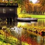 6-casa mica din lemn construita pe piloni pe marginea unui lac