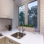 6-chiuveta la fereastra amenajare bucatarie mica apartament cu living open space