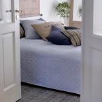 6-colectie de pernute decorative pe patul din dormitorul decorat in albastru