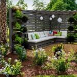 6-colt de relaxare din lemn in gradina cu canapea si pergola