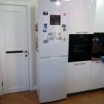 6-combina frigorifica amplasata intre mobila si usa de bucatarie