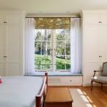 6-constructia unor dulapuri mari pentru haine in jurul ferestrei din dormitor