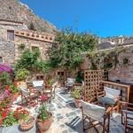 6-curte interioara a hotelului din piatra Malvasia din Monemvasia Grecia