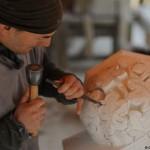 6-detaliu sculptat in piatra constructie castel medieval Guedelon Franta
