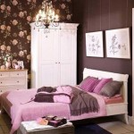 6-dormitor frumos romantic cu tapet decorativ inflorat in nuante de mov