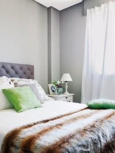 6-dormitor mic finisat in alb si gri si decorat cu accente vernil