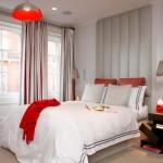6-dormitor modern decorat in gri deschis cu alb si accente rosii