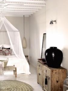 6-dormitor rustic cu patul decorat cu baldachin din voal transparent