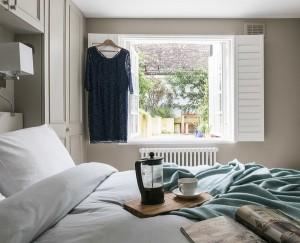 6-dulapuri de haine dormitor gri deschis in aceeasi culoare cu peretii