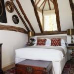 6-exemplu amenajare mic dormitor rustic fara dulap haine
