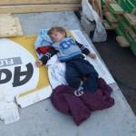 6-fiul cel mic al Carei Brookins dormind pe santierul casei in constructie