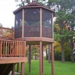6-foisor la inaltime cofnectionat din lemn si montat pe o platforma inalta din lemn