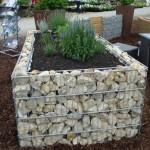 6-gabion din plasa si pietre de rau pentru imprejmuirea unui strat cu flori din gradina