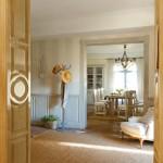 6-hol intrare casa cu pereti decorati cu tapet in dungi verticale si panouri din lemn