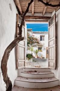 6-intrare curte interioara casuta rustica din piatra andaluzia costa del sol spania