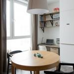 6-loc-de-luat-masa-si-birou-amenajate-in-bucataria-open-space-a-garsonierei