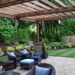 6-loc de relaxare sub o pergola din lemn construita in curte