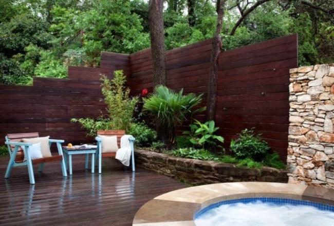 6-mini gradina cu plante si flori cu bordura din piatra naturala langa un gard din lemn