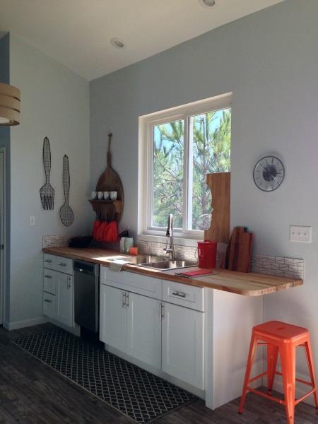 6-mobila alba cu blat din lemn decor bucatarie mica
