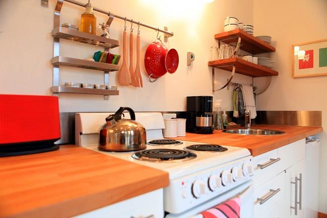 6-mobila bucatarie casa mica din lemn