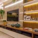 6-mobila moderna living cu polite montate in lateralele tv-ului fixat pe perete