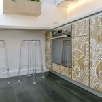 6-parchet laminat gri inchis si scaune din polimer transparent decor bucatarie moderna urbana