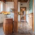 6-pardoseli din beton slefuit si elemente decorative rustice din lemn interior casa din lemn din 1730 restaurata