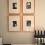6-patru tablouri decor perete de langa tv in singura camera a unei garsoniere de 32 mp