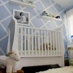 6-perete decorat in romburi din vopsea lavabila alba si bleu decor camera copil