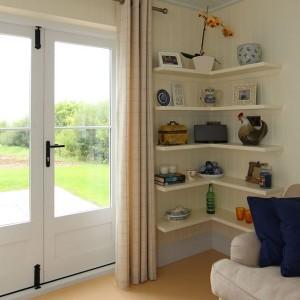 6-polite suspendate decor perete living mic casa prefabricata din lemn 40 mp