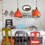 6-scaune colorate asezate in jurul unei mese albe decor scandinav