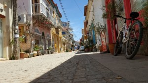6-straduta frumoasa cu case din piatra Finikounda Grecia