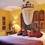 6-tablie din lemn pictata la capul patului dintr-un dormitor spaniol