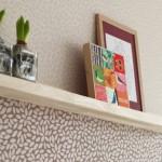 6-tapet cu acelasi imprimeu pe fundaluri diferit colorate decor perete living