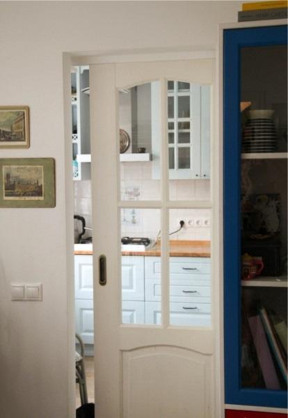 6-usa glisanta pentru economisirea spatiului dintr-o bucatarie mica