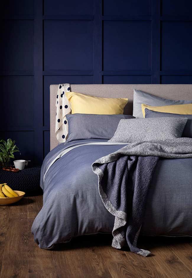 accente galbene amenajare dormitor pereti bleumarin