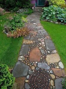 7-alee frumoasa de gradina realizata din dale de piatra si pietricele de rau