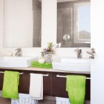 7-baie cu doua lavoare mobilier maro si accente vernil