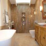 7-baie moderna cu mobilier rustic din lemn si finisaje din piatra naturala
