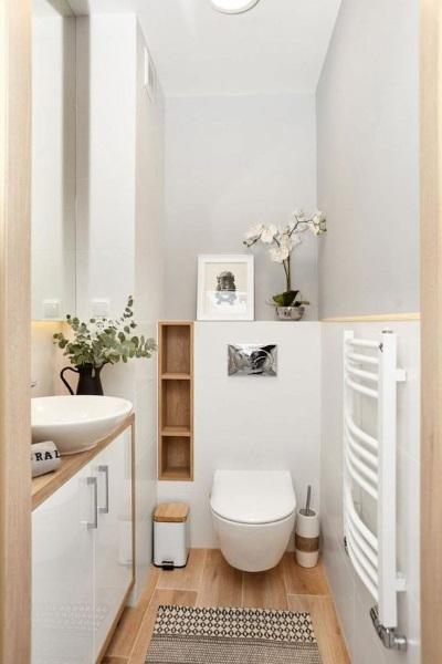 baie moderna gresie imitatie lemn faianta mobila albe