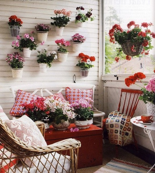 7-balcon mic alb decorat cu multe muscate rosii