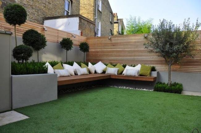 7-bancuta relaxare construita la baza unui gard modern din lemn cu bordura din beton