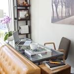 7-birou ingust din sticla montat in spatele canapelei din living