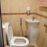 7-brau decorativ din mozaic maro si lavoar pe colt amenajare baie foarte mica
