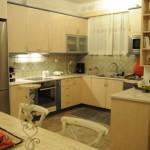 7-bucatarie amenajata in culori deschise casa de vacanta insula Aegina Grecia