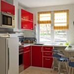 7-bucatarie mica cu mobila rosie si dulapuri superioare orizontale