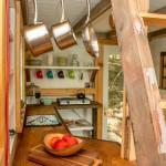 7-bucatarie micuta si scara acces dormitor cabana mica din lemn