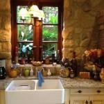 7-bucatarie rustica cu peretii din piatra intr-o casa veche