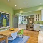 7-bucatarie spatioasa cu peretii zugraviti in verde pal si mobila alba