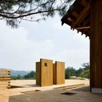 7-cabina de dus si toaleta wc ecologic in curtea casei din lemn Coreea de Sud